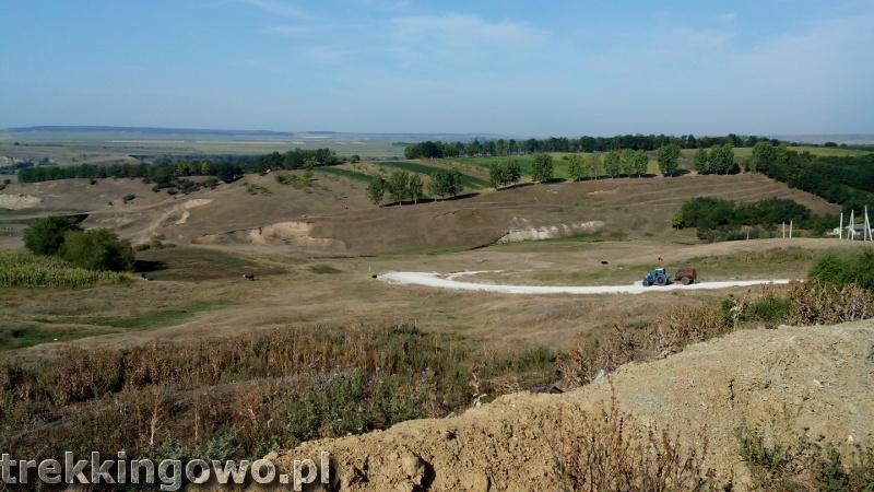 Domowe wino i zawalony most - Wyprawa rowerowa Mołdawia 2015, dz. 3 traktor trekkingowo