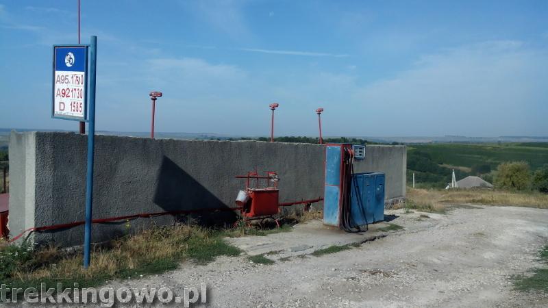 Domowe wino i zawalony most - Wyprawa rowerowa Mołdawia 2015, dz. 3 stacja benzynowa trekkingowo