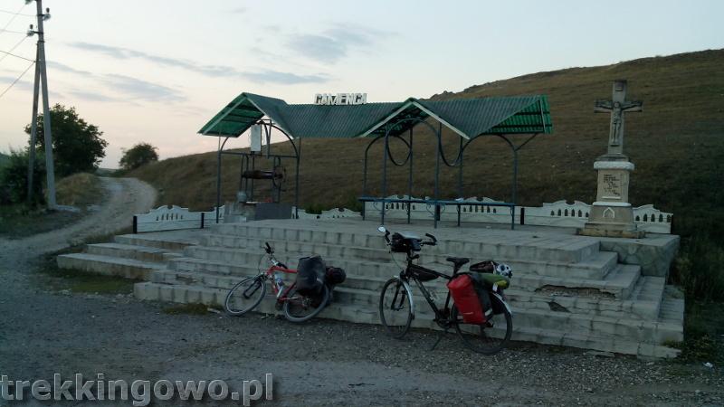 Domowe wino i zawalony most - Wyprawa rowerowa Mołdawia 2015, dz. 3 studnie trekkingowo