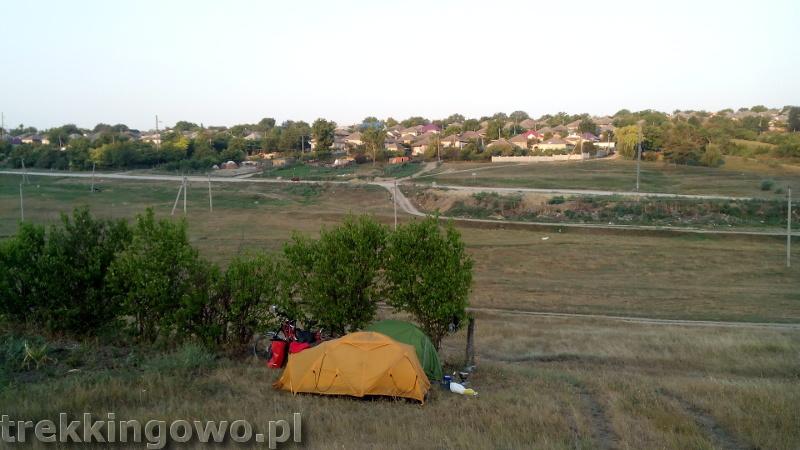 trekkingowo Mołdawia - ludzie, drogi i jedzenie. Wyprawa rowerowa - Dzień 5 poranek namioty wzgórze
