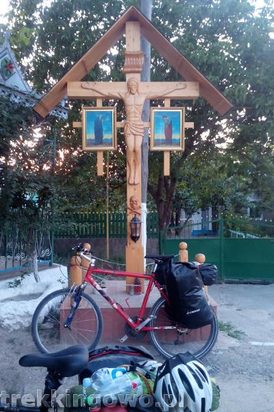 trekkingowo Mołdawia - ludzie, drogi i jedzenie. Wyprawa rowerowa - Dzień 5 krzyż przydrożny trupia czaszka