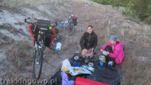 Jedzenie źródło energii na wyprawach kobiety gotują trekkingowo