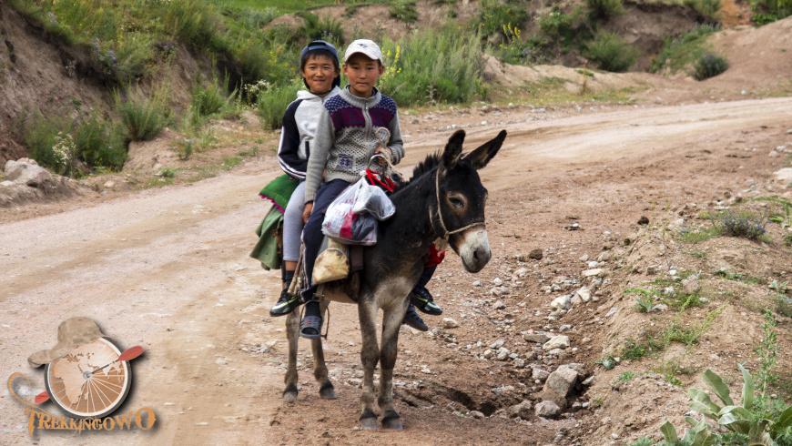 kirgistan kazarman trekkingowo osiołek chłopcy Pustkowia Kazarmanu 17